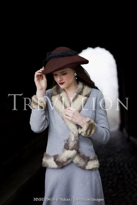 Nikaa RETRO WOMAN IN HAT INSIDE TUNNEL Women