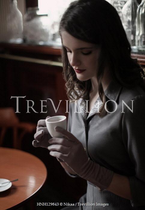 Nikaa RETRO WOMAN DRINKING COFFEE IN CAFE Women