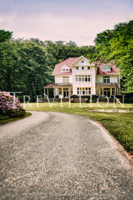 Yolande de Kort LARGE HOUSE WITH DRIVEWAY IN SUMMER Houses