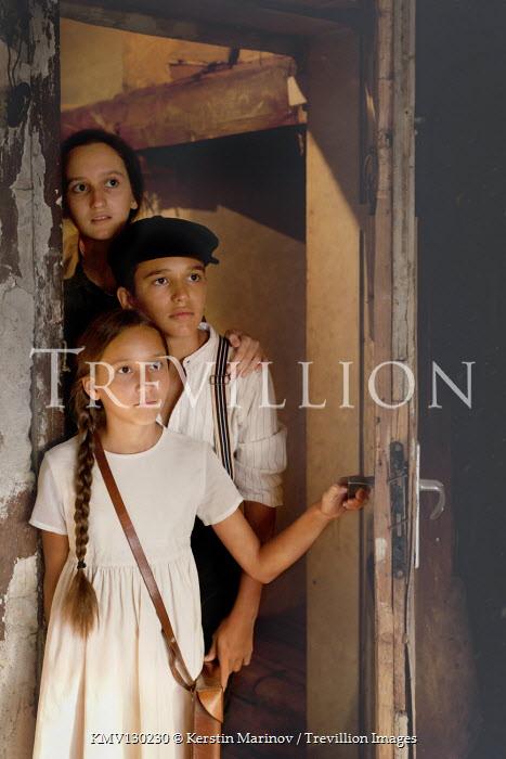 Kerstin Marinov Children in doorway
