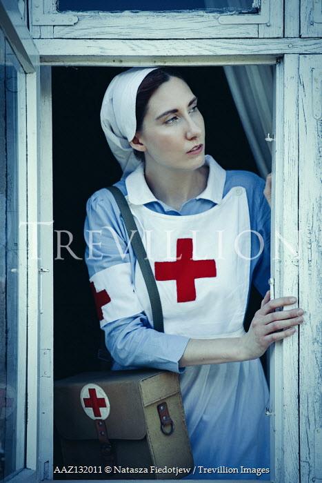 Natasza Fiedotjew war nurse leaning out window