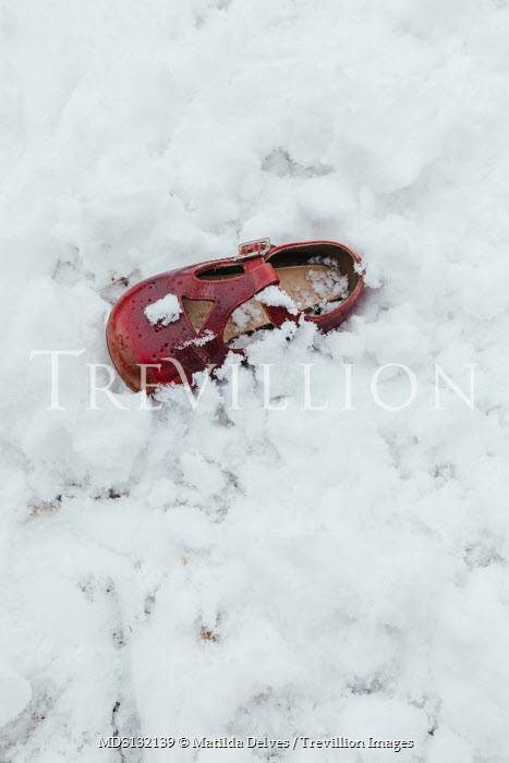 Matilda Delves CHILD'S RED SHOE LYING IN SNOW Miscellaneous Objects
