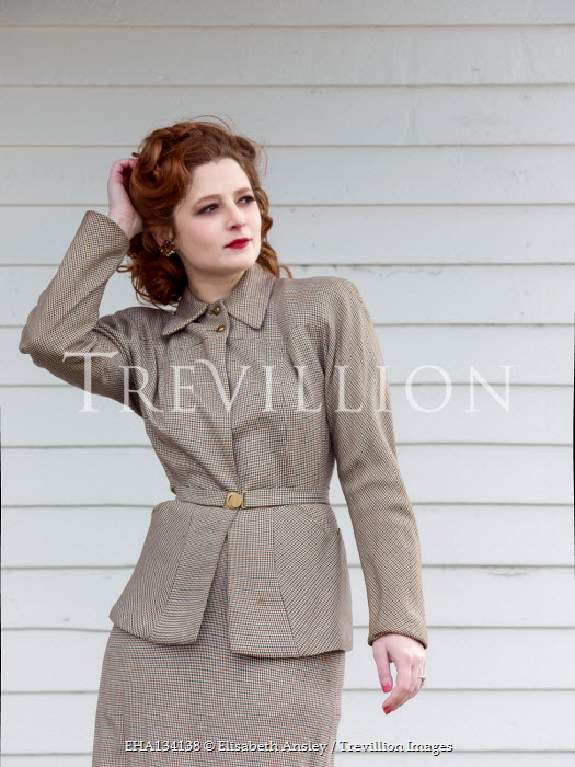 Elisabeth Ansley 1940S WOMAN IN SUIT OUTDOORS
