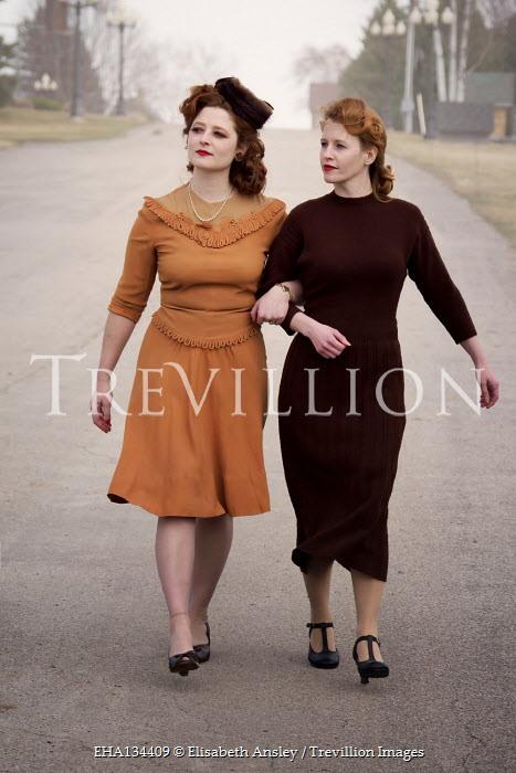 Elisabeth Ansley 1940S WOMEN WALKING ARM IN ARM IN ROAD