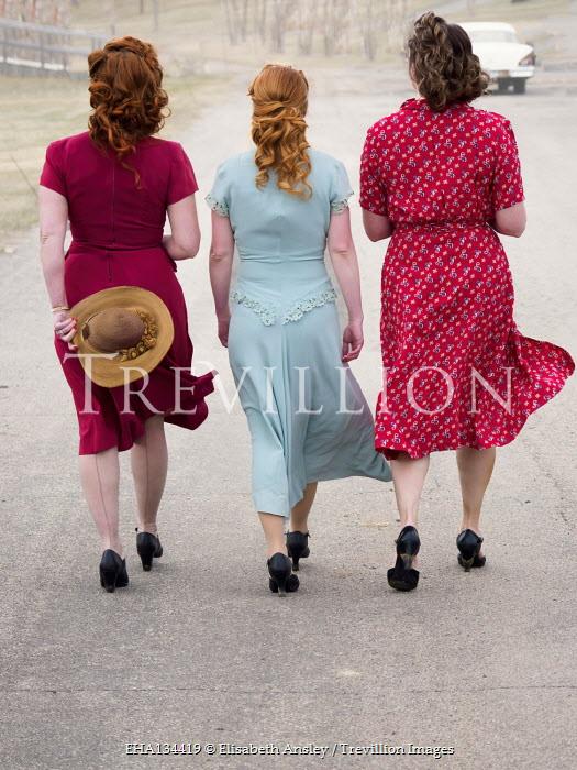 Elisabeth Ansley 1940S WOMEN WALKING IN ROAD IN AMERICA