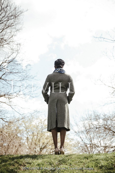 Matilda Delves WOMAN WITH TWEED COAT STANDING IN COUNTRYSIDE