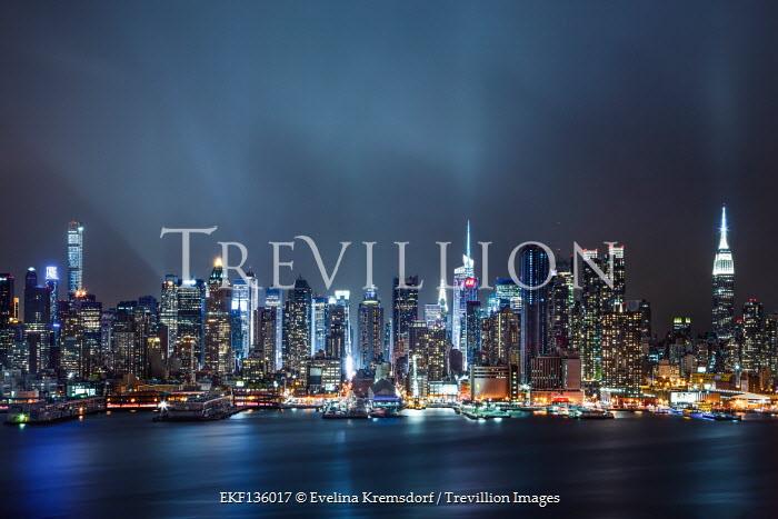 Evelina Kremsdorf NEW YORK SKYLINE AND RIVER WITH LIGHTS AT NIGHT