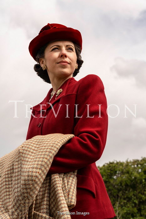 CollaborationJS RETRO WOMAN IN HAT AND SUIT OUTDOORS