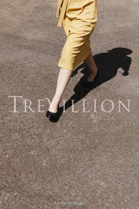 Matilda Delves RETRO WOMAN WALKING ON ROAD